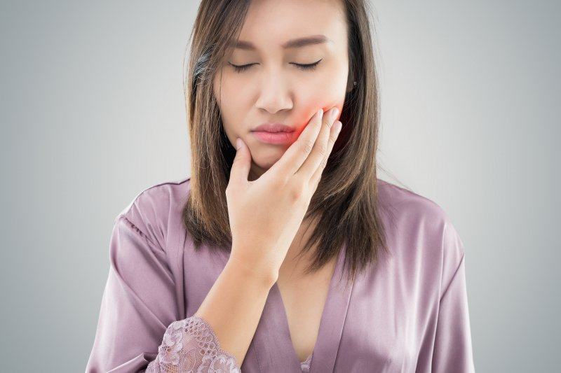 woman with toothache needs emergency dentist in Mobile